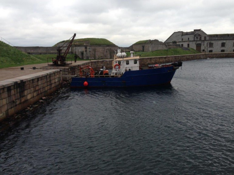 Gravemaskinen og brondgods blev sejlet til Trekroner Søfort
